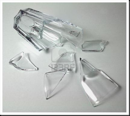 10727963-vaso-de-vidrio-roto-roto-en-blanco-sobre-un-fondo-gris